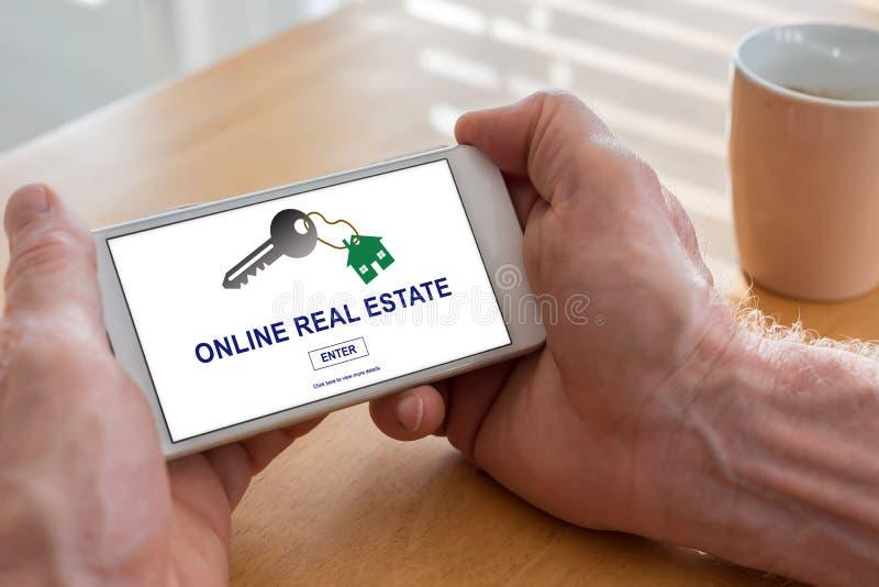 Conceito em linha dos bens imobiliários em um smartphone foto de stock