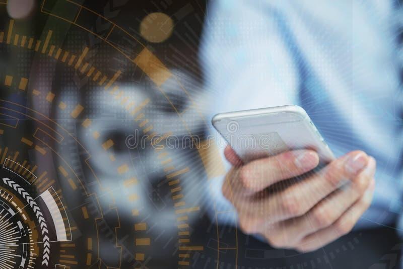 Conceito empresarial e tecnológico moderno Comércio eletrônico com ligação à rede Internet Fechar a mão usando o celular foto de stock