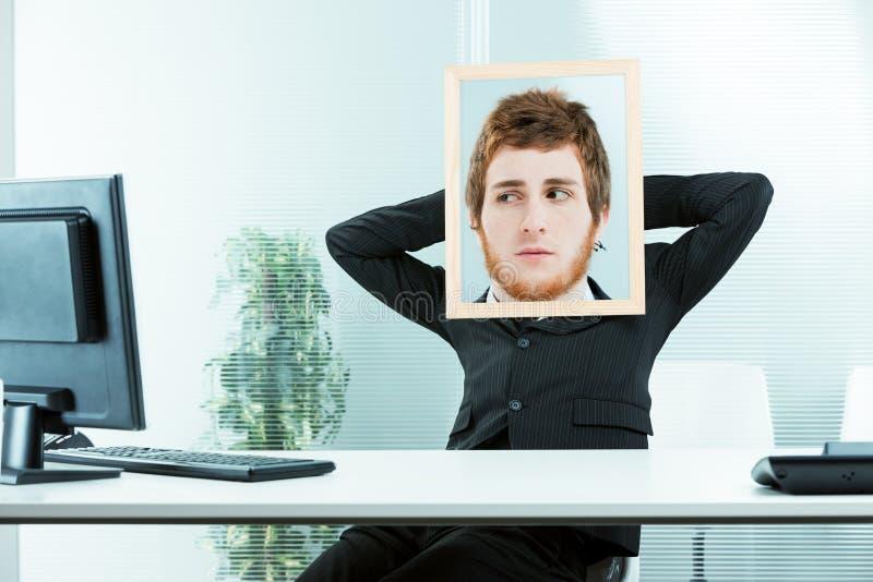 Conceito engraçado de um trabalhador de escritório suspeito fotografia de stock