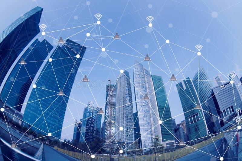 Conceito esperto da conexão da arquitetura da cidade e de rede, sinal sem fio fotografia de stock