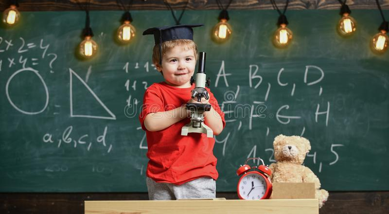 Conceito esperto da criança Primeiro interessado anterior no estudo, aprendendo, educação Menino da criança no trabalho acadêmico imagem de stock