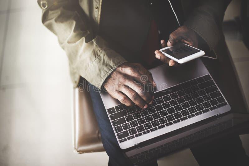 Conceito esperto do telefone de Using Digital Laptop do homem de negócios africano fotografia de stock royalty free