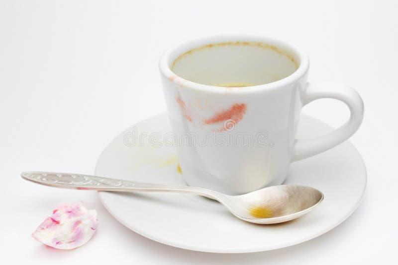 Conceito estético de Messthetics Uma foto das marcas do batom do vermelho em seu copo de café Copo cerâmico branco vazio sujo na  imagens de stock