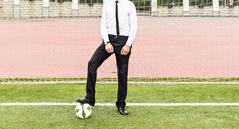Conceito europeu do campeonato do futebol Homem de negócios que joga a bola de futebol imagens de stock royalty free