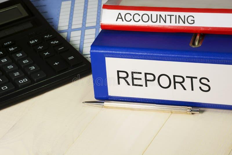 Conceito explicando do fundo Relatórios financeiros, calculadora, pena no close up da tabela fotos de stock
