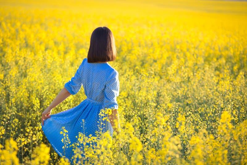 Conceito exterior da recreação Menina no vestido azul que anticipa sobre imagens de stock royalty free