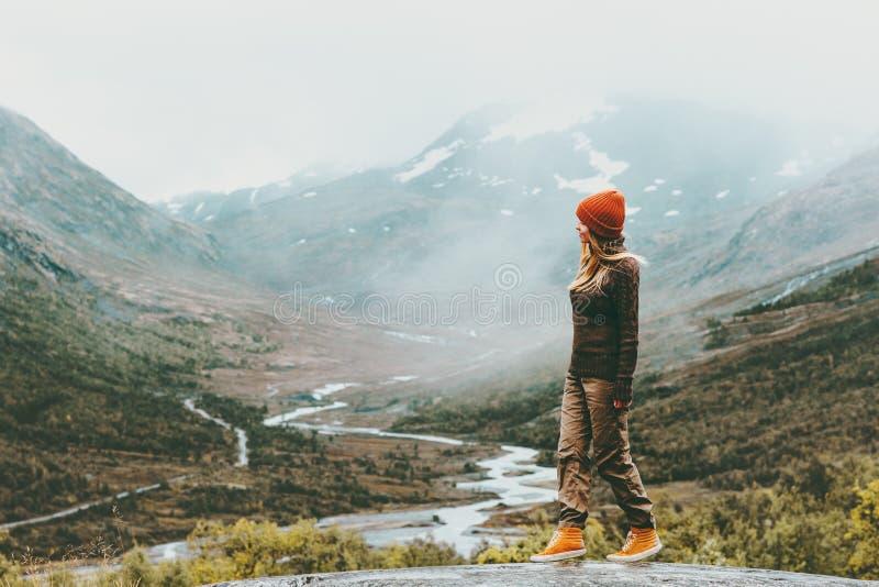 Conceito exterior de passeio do desejo por viajar do estilo de vida do curso da mulher do turista fotos de stock