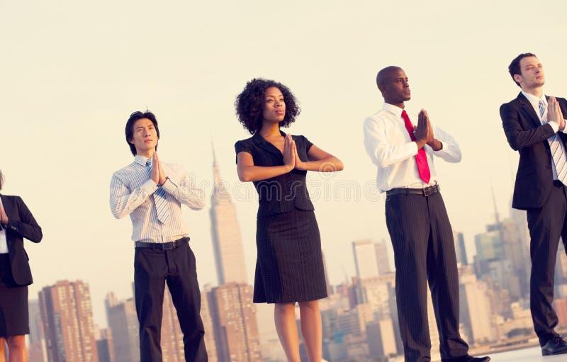 Conceito exterior do abrandamento da ioga dos trabalhadores de escritório fotografia de stock royalty free