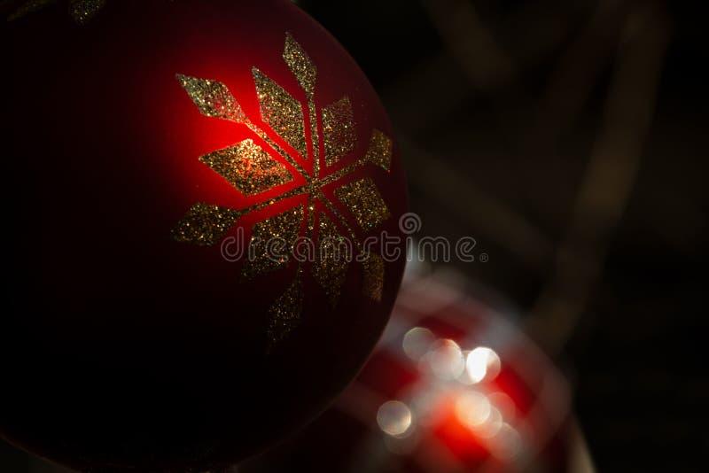 Conceito exterior do feriado de inverno: Decoração do ornamento sob a forma das bolas da árvore do vintage do Natal foto de stock