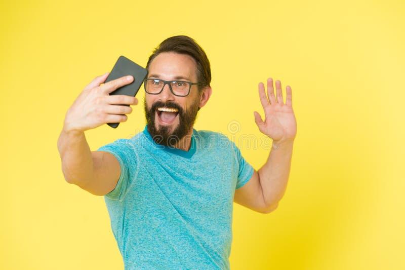 Conceito fácil de usar Homem excitado sobre oportunidades do telefone celular Smartphone alegre do uso do moderno Usuário feliz d fotografia de stock royalty free