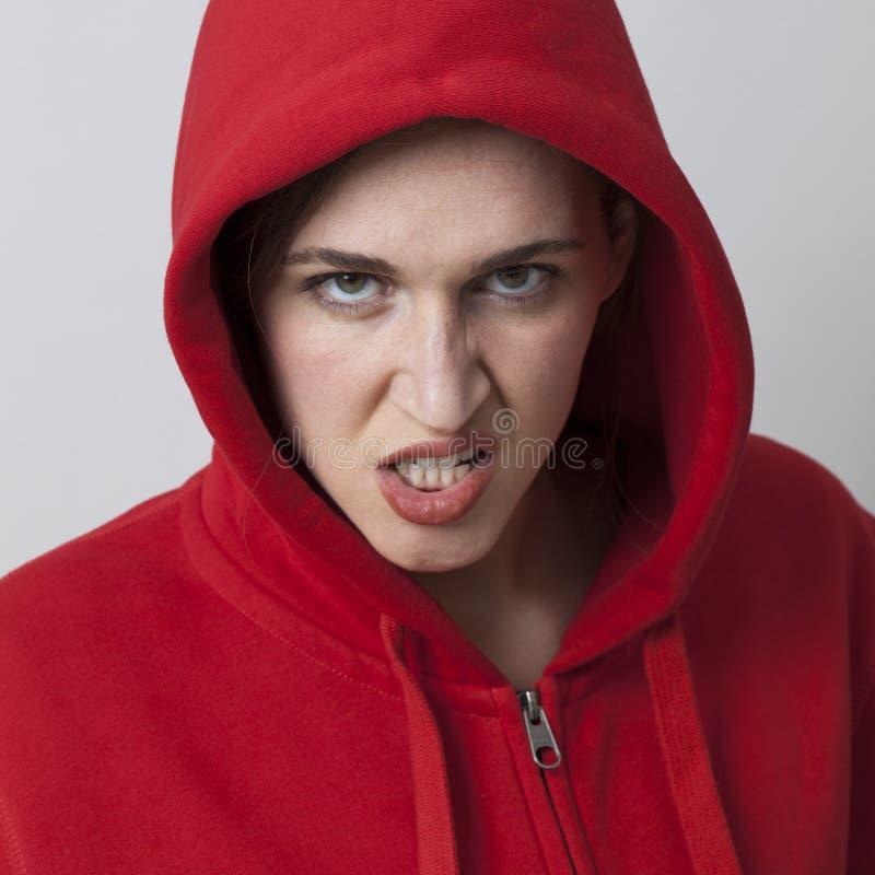 Conceito fêmea da ameaça para o streetwear vestindo da menina rebelde foto de stock
