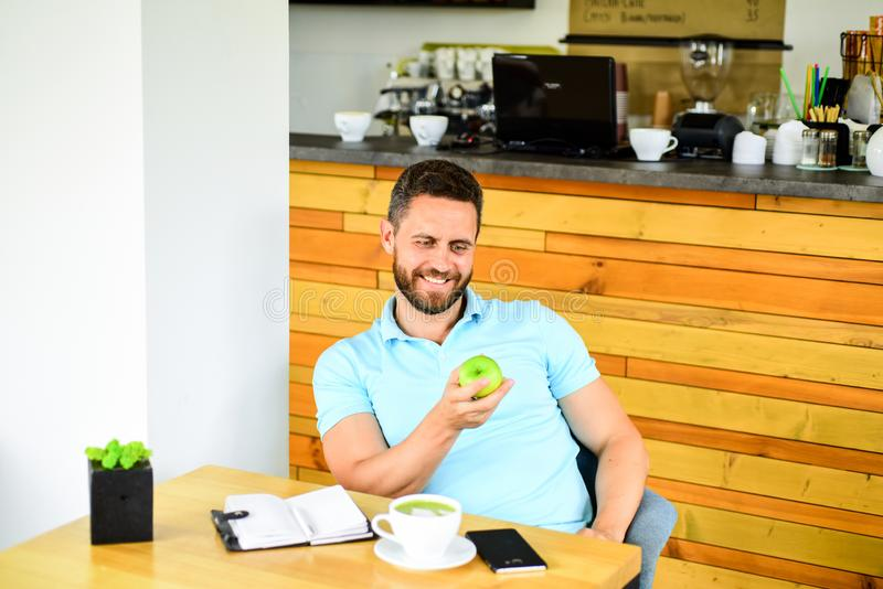 Conceito físico e mental do bem estar O homem senta-se come o fruto verde da maçã Petisco saudável O almoço come a maçã Hábitos s fotos de stock