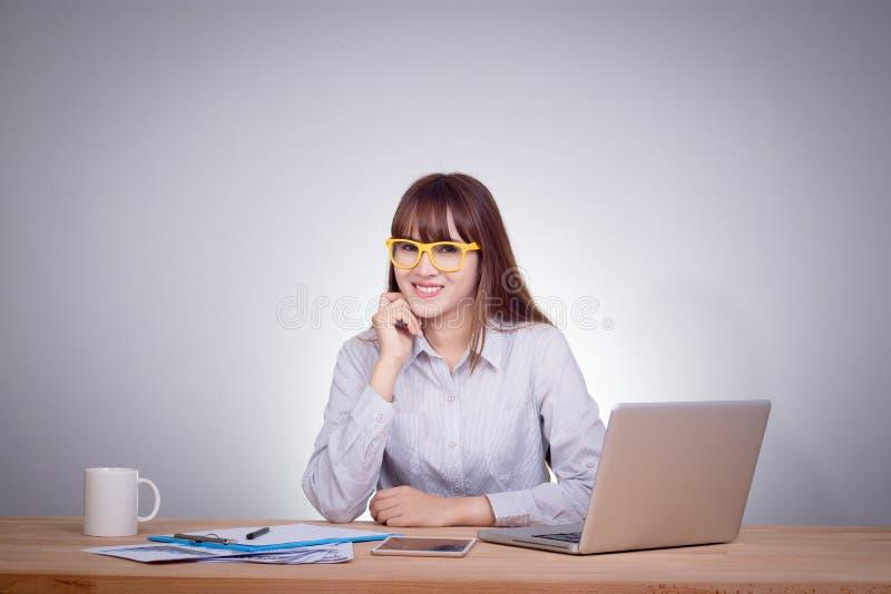Conceito feliz da mulher de negócio Funcionamento asiático de sorriso feliz da menina imagem de stock royalty free