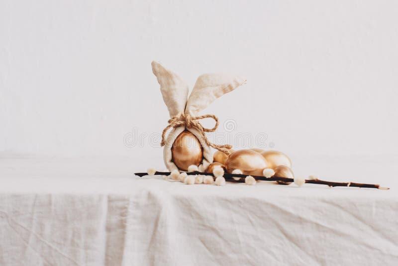 Conceito feliz da Páscoa - o ouro eggs no fundo de linho rústico fotos de stock