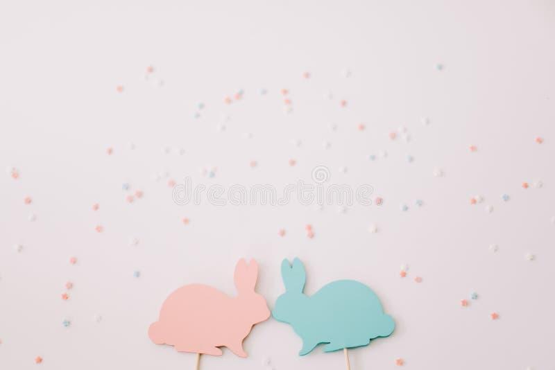 Conceito feliz de Easter Brinquedo de dois coelhos no fundo branco Decora??o da P?scoa com coelhos Feche acima, vista superior Co ilustração do vetor
