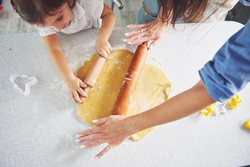 Conceito feliz do alimento do feriado da preparação da família Família que cozinha cookies do Natal Mãos da preparação da mãe e d imagens de stock