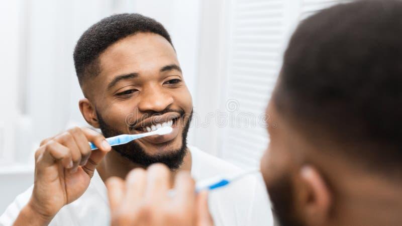 Conceito feliz do sorriso dos dentes saud?veis fotos de stock