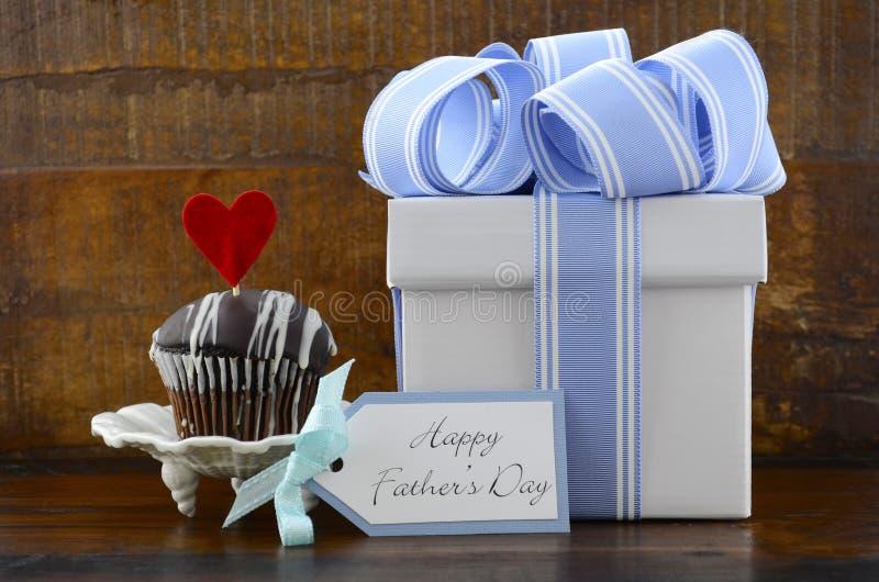 Conceito feliz dos pais com o presente e o queque azuis e brancos imagens de stock