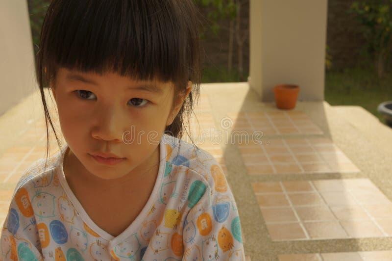 Conceito feliz novo bonito do retrato da alegria do sorriso da menina asiática imagens de stock