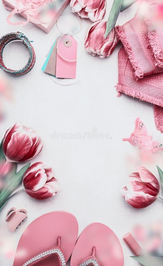 Conceito feminino da forma Ajuste dos vestidos cor-de-rosa das sapatas da mulher no fundo branco Ainda vida dos objetos: tulipas, fotografia de stock royalty free