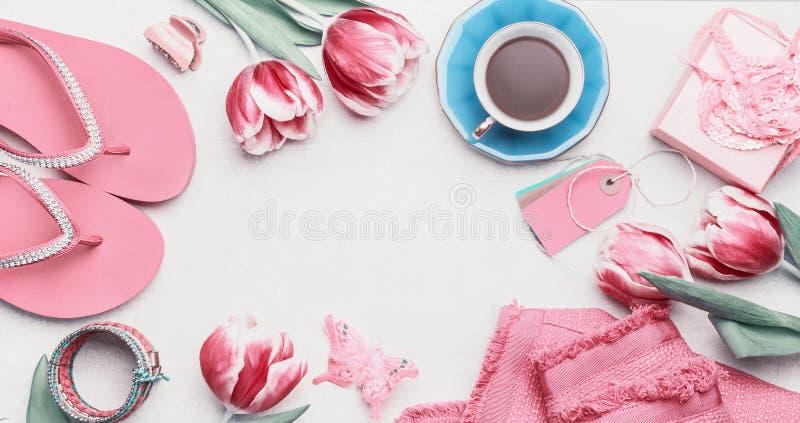 Conceito feminino do blogger da forma Ajuste dos acessórios cor-de-rosa da mulher no fundo branco Ainda vida dos objetos: tulipas imagens de stock royalty free