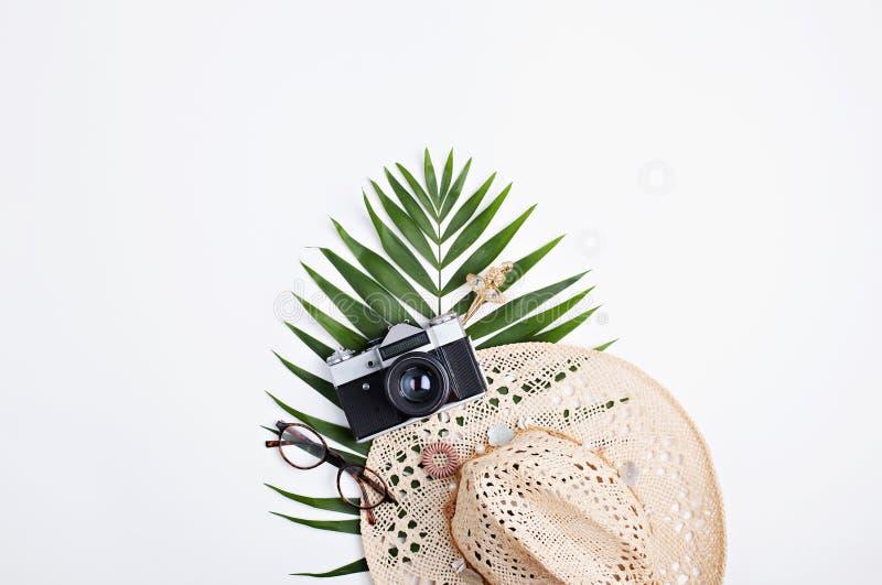 Conceito feminino dos acessórios da configuração lisa com folha de palmeira fotografia de stock royalty free