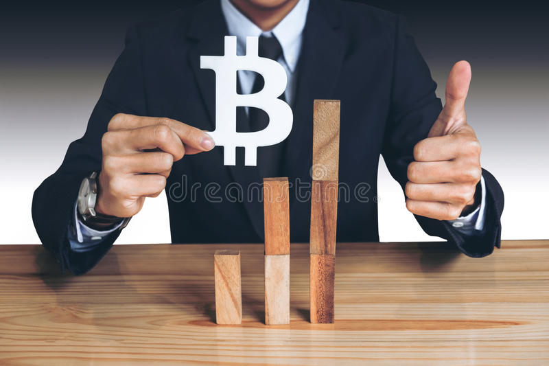 Conceito financeiro do crescimento, homem de negócios que guarda mostrando o bitcoin sy imagens de stock