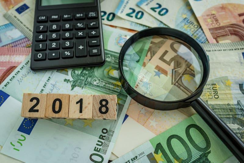 Conceito financeiro do imposto como a lupa na pilha do euro- bankno fotos de stock