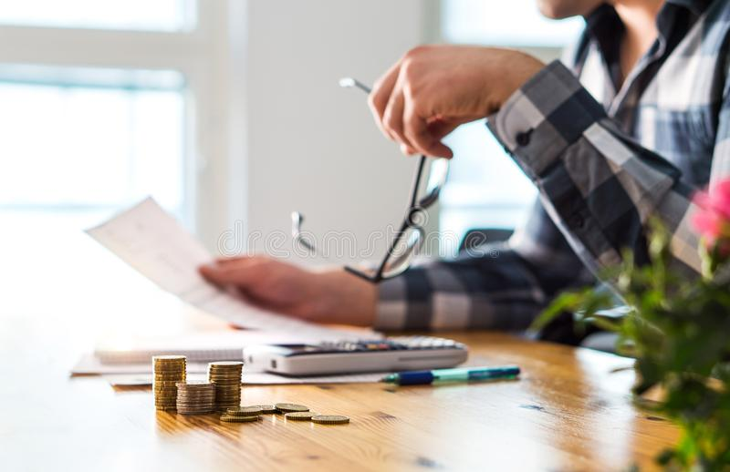 Conceito financeiro dos problemas, da retirada, da falência ou da execução duma hipoteca foto de stock