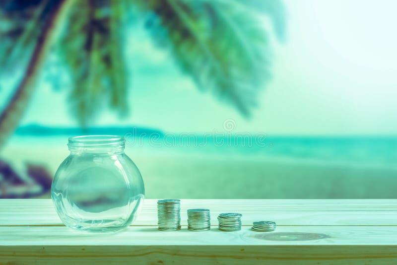 Conceito financeiro, garrafa de vidro vazia para mostrar o dinheiro gastado em férias ou em feriados fotografia de stock