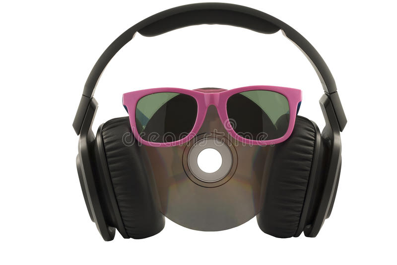 conceito, fones de ouvido e CD da música com vidros de sol foto de stock royalty free
