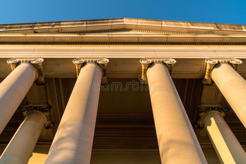 Conceito forte da segurança clássica das colunas da construção fotos de stock