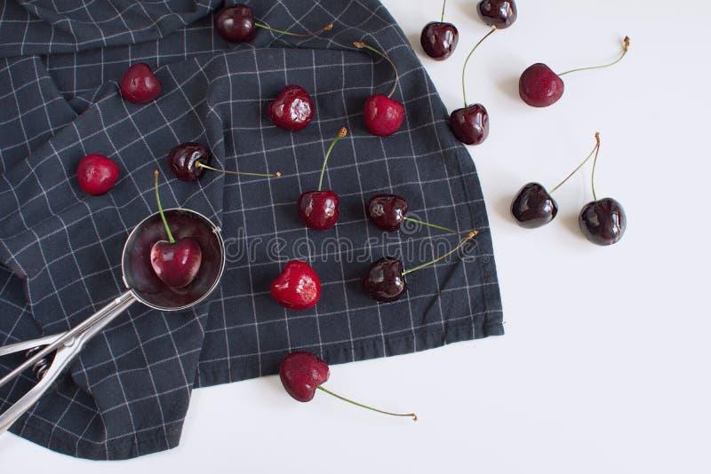 Conceito fresco do gelado das cerejas no guardanapo quadriculado imagem de stock royalty free