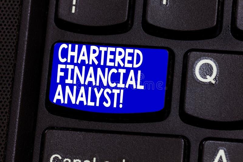 Conceito fretado texto de Business do analista financeiro da escrita da palavra para o investimento e a chave de teclado financei foto de stock royalty free