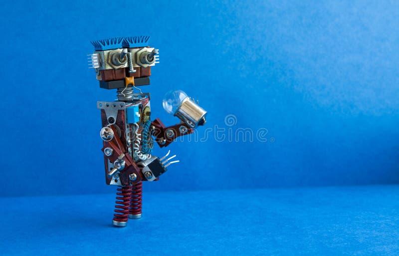 Conceito futurista do robô Cabeça engraçada do caráter amigável do cyborg, olhos grandes, ampola à disposição Copie o espaço, azu foto de stock
