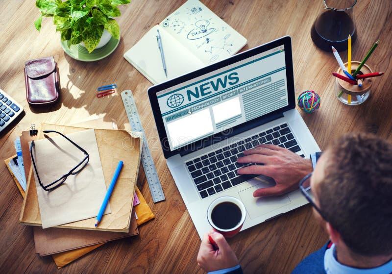 Conceito global de trabalho dos meios do jornalismo do Internet do computador do homem imagens de stock