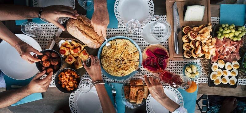 Conceito gourmet culinário de abastecimento do partido de bufete da culinária do alimento com lote das mãos que tomam o alimento  imagens de stock royalty free