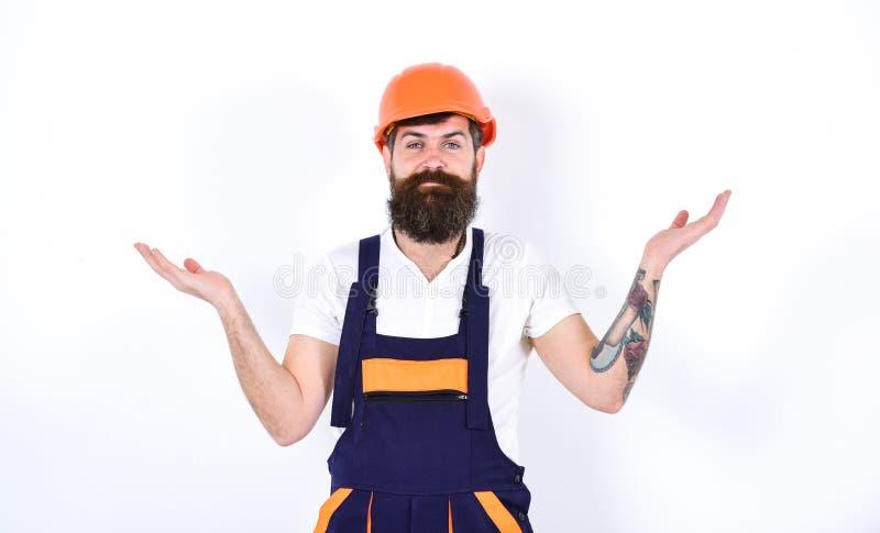 Conceito home da renovação e dos reparos Construtor na sala branca terminada Homem que está com seus braços espalhados aos lados foto de stock royalty free