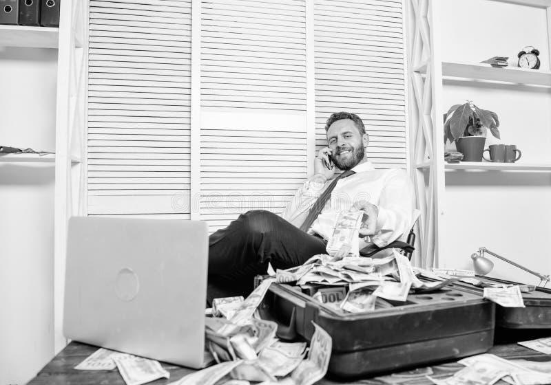 Conceito ilegal do lucro do dinheiro Homem de neg?cios para discutir o neg?cio bem sucedido O defraudador fala o telefone celular fotografia de stock royalty free
