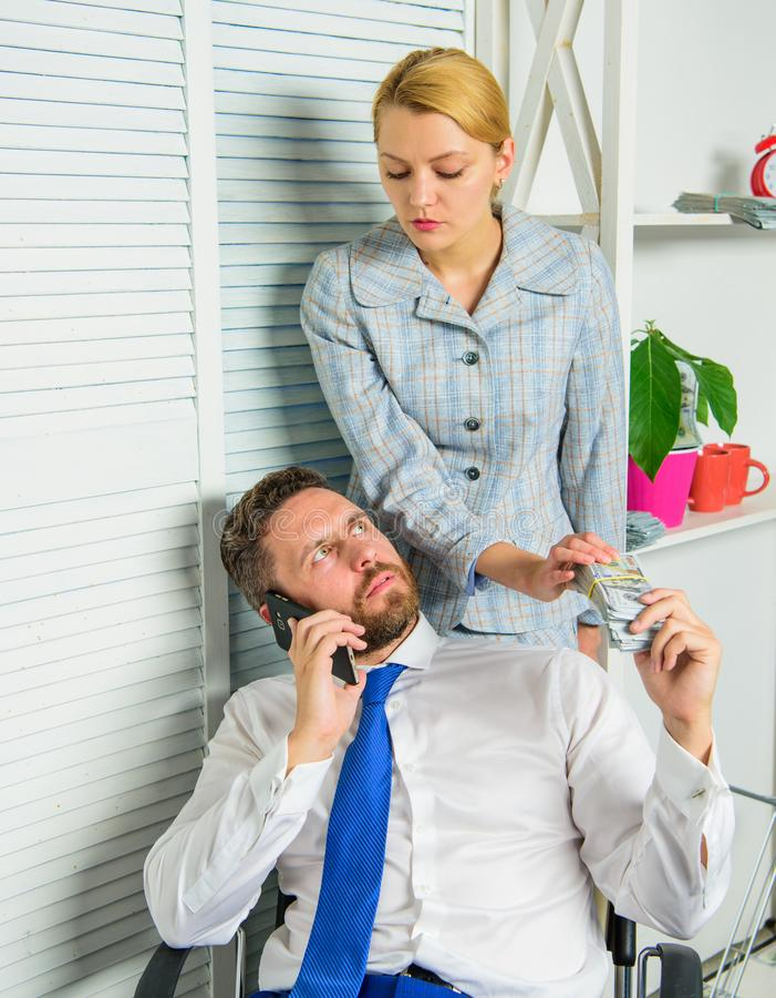 Conceito ilegal do lucro do dinheiro O homem fala o telefone celular para pedir o dinheiro Crime financeiro da fraude dos cúmplic imagem de stock