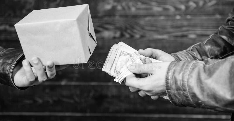 conceito ilegal do negócio Dinheiro do dinheiro à disposição do homem criminoso Crime e lucro ilegal Lei da ruptura Negociante e  fotografia de stock