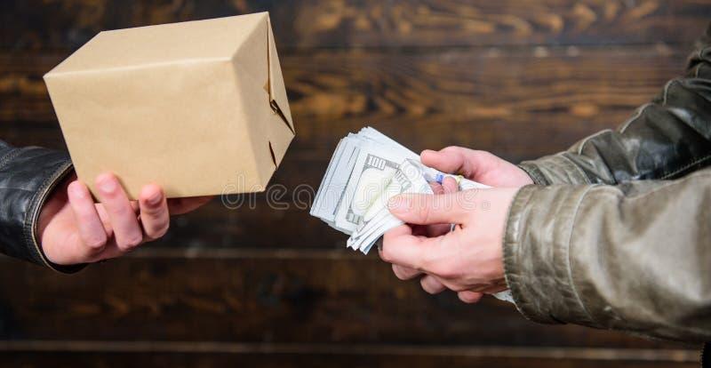 conceito ilegal do negócio Dinheiro do dinheiro à disposição do homem criminoso Crime e lucro ilegal Lei da ruptura Negociante e  imagens de stock