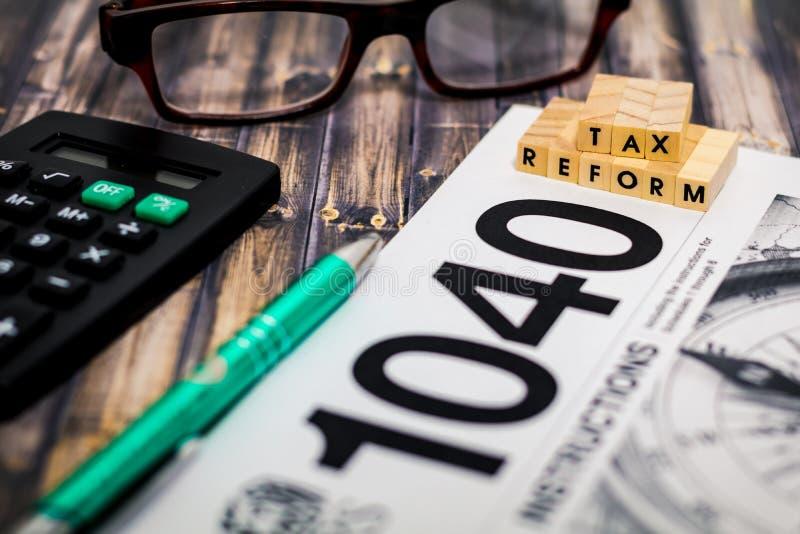 Conceito imóvel da vida da reforma fiscal com formulário de imposto 1040, calculadora, DOF raso foto de stock royalty free