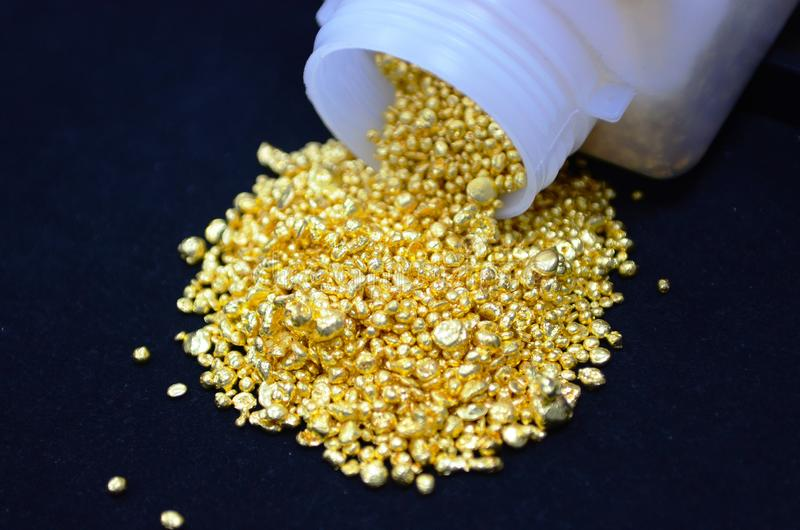Conceito imagem Desfoca-se no centro e em torno da imagem desfocada De nuggets dourados salvos em tecido de veludo fotografia de stock