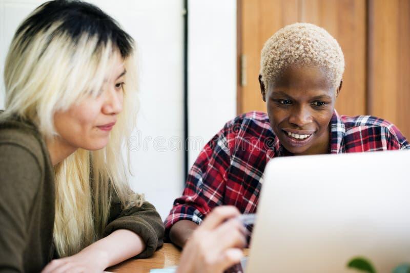 Conceito incorporado da discussão do portátil dos estudantes da amizade das meninas imagens de stock royalty free