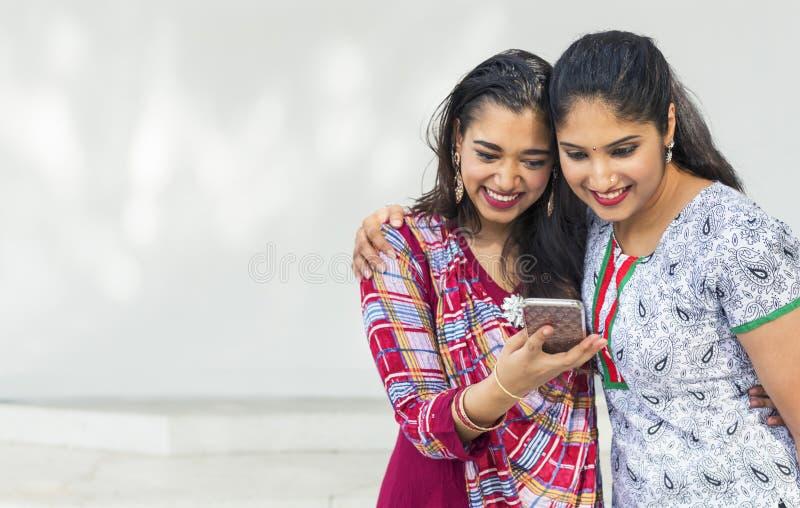 Conceito indiano fêmea do móbil dos amigos foto de stock royalty free