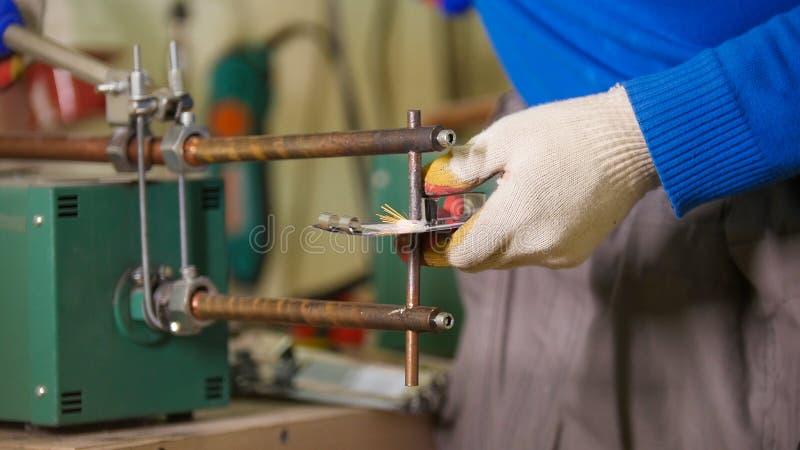 Conceito industrial Um trabalhador do homem que faz um detalhe Sparkles do fogo foto de stock royalty free