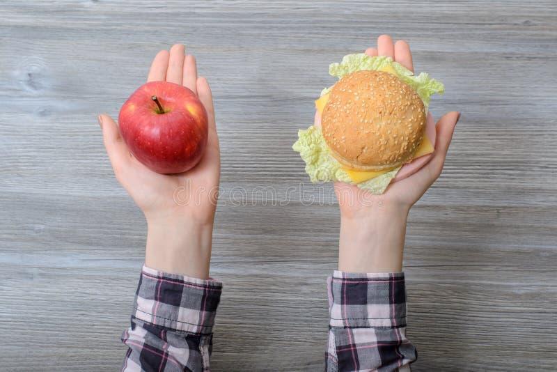 Conceito insalubre saudável da perda de peso do emagrecimento do fruto da dieta da decisão comer do estilo de vida do fast food F foto de stock