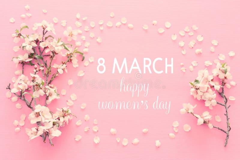 Conceito internacional do dia das mulheres Árvore de cereja e texto da data Imagem da vista superior fotos de stock