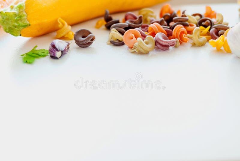 Conceito italiano do alimento Ingredientes para a massa tinturas naturais para o tomate da massa, espinafre, cenouras foto de stock royalty free